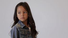 Χαριτωμένη τοποθέτηση παιδιών στο στούντιο φωτογραφιών φιλμ μικρού μήκους
