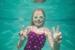 Χαριτωμένη τοποθέτηση παιδιών υποβρύχια στη λίμνη Στοκ Φωτογραφία