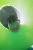 Χαριτωμένη τοποθέτηση παιδιών υποβρύχια στη λίμνη Στοκ Φωτογραφίες