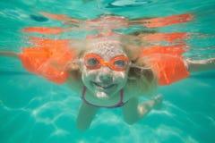 Χαριτωμένη τοποθέτηση παιδιών υποβρύχια στη λίμνη Στοκ φωτογραφία με δικαίωμα ελεύθερης χρήσης