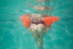 Χαριτωμένη τοποθέτηση παιδιών υποβρύχια στη λίμνη Στοκ εικόνα με δικαίωμα ελεύθερης χρήσης