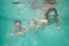 Χαριτωμένη τοποθέτηση παιδιών υποβρύχια στη λίμνη Στοκ φωτογραφίες με δικαίωμα ελεύθερης χρήσης