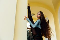 Χαριτωμένη τοποθέτηση ballerina κοριτσιών στις αψίδες του εκλεκτής ποιότητας θεάτρου στοκ εικόνες