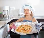 Χαριτωμένη φρέσκια ιταλική πίτσα λαβής κοριτσιών Στοκ εικόνα με δικαίωμα ελεύθερης χρήσης