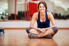 Χαριτωμένη χαλάρωση γυναικών σε μια γυμναστική Στοκ Φωτογραφία