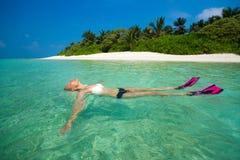 Χαριτωμένη χαλάρωση γυναικών στην τροπική παραλία Στοκ εικόνες με δικαίωμα ελεύθερης χρήσης