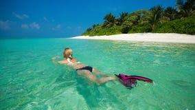 Χαριτωμένη χαλάρωση γυναικών στην τροπική παραλία Στοκ Φωτογραφία