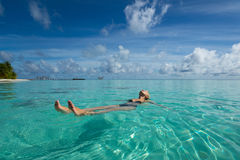 Χαριτωμένη χαλάρωση γυναικών στην τροπική παραλία Στοκ εικόνα με δικαίωμα ελεύθερης χρήσης