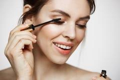 Χαριτωμένη όμορφη χρωστική ουσία κοριτσιών eyelashes που χαμογελά πέρα από το άσπρο υπόβαθρο Υγεία ομορφιάς και cosmetology έννοι Στοκ φωτογραφίες με δικαίωμα ελεύθερης χρήσης