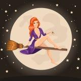 Χαριτωμένη redhead μάγισσα που πετά σε μια σκούπα Στοκ Εικόνες