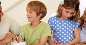 Χαριτωμένοι γονείς και παιδιά που κάνουν τις τέχνες και τις τέχνες από κοινού απόθεμα βίντεο