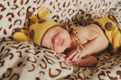 Χαριτωμένοι νεογέννητοι ύπνοι μωρών giraffe καπέλων στο επισημασμένο backgro Στοκ Εικόνες