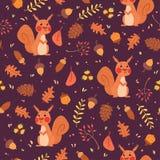 Χαριτωμένοι σκίουροι στο δασικό άνευ ραφής σχέδιο Στοκ Φωτογραφία