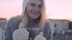 Χαριτωμένος άνετος χειμώνας που πυροβολείται της γυναίκας με το φλυτζάνι φιλμ μικρού μήκους