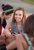 Χαριτωμένος έφηβος με το τηλέφωνο Στοκ Εικόνες