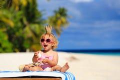 Χαριτωμένος λίγη πριγκήπισσα μωρών στη θερινή παραλία Στοκ Εικόνες