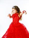 Χαριτωμένος λίγη πριγκήπισσα που ντύνεται στο κόκκινο με την κορώνα στο επικεφαλής posi της Στοκ Εικόνα