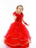 Χαριτωμένος λίγη πριγκήπισσα που ντύνεται στο κόκκινο με την κορώνα στο επικεφαλής posi της Στοκ Φωτογραφίες