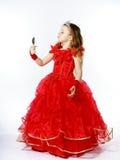 Χαριτωμένος λίγη πριγκήπισσα που ντύνεται στο κόκκινο που απομονώνεται στο άσπρο υπόβαθρο Στοκ εικόνες με δικαίωμα ελεύθερης χρήσης