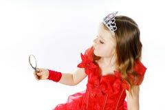 Χαριτωμένος λίγη πριγκήπισσα που ντύνεται στο κόκκινο που απομονώνεται στο άσπρο υπόβαθρο Στοκ Φωτογραφία