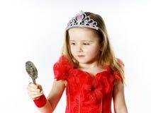 Χαριτωμένος λίγη πριγκήπισσα που ντύνεται στο κόκκινο που απομονώνεται στο άσπρο υπόβαθρο Στοκ εικόνα με δικαίωμα ελεύθερης χρήσης