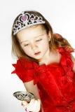 Χαριτωμένος λίγη πριγκήπισσα που ντύνεται στο κόκκινο που απομονώνεται στο άσπρο υπόβαθρο Στοκ Φωτογραφίες