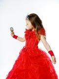 Χαριτωμένος λίγη πριγκήπισσα που ντύνεται στο κόκκινο στο άσπρο υπόβαθρο Στοκ Φωτογραφίες