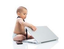Χαριτωμένος λίγος επιχειρηματίας μωρών με τον υπολογιστή Στοκ Φωτογραφία