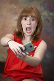 Χαριτωμένος λίγος κοκκινομάλλης έφηβος με το κινητό τηλέφωνο Στοκ εικόνες με δικαίωμα ελεύθερης χρήσης