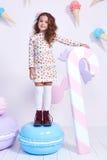 Χαριτωμένος λίγος σγουρός μόδας κοριτσάκι πρότυπος σκοτεινός ξανθός αρκετά Στοκ φωτογραφία με δικαίωμα ελεύθερης χρήσης