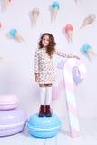 Χαριτωμένος λίγος σγουρός μόδας κοριτσάκι πρότυπος σκοτεινός ξανθός αρκετά Στοκ εικόνες με δικαίωμα ελεύθερης χρήσης