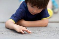 Χαριτωμένος λίγο αγόρι μικρών παιδιών, που παίζει με τη λαμπρίτσα Στοκ εικόνες με δικαίωμα ελεύθερης χρήσης