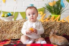 Χαριτωμένος λίγο αυγό εκμετάλλευσης μωρών την ημέρα Πάσχας Στοκ φωτογραφία με δικαίωμα ελεύθερης χρήσης