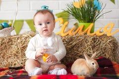 Χαριτωμένος λίγο αυγό εκμετάλλευσης μωρών την ημέρα Πάσχας Στοκ εικόνα με δικαίωμα ελεύθερης χρήσης