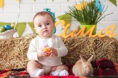 Χαριτωμένος λίγο αυγό εκμετάλλευσης μωρών την ημέρα Πάσχας Στοκ Εικόνα