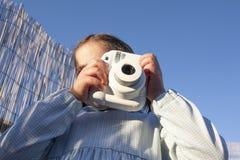 Χαριτωμένος λίγο ευτυχές κορίτσι με τη στιγμιαία κάμερα φωτογραφιών εικόνων στοκ φωτογραφίες με δικαίωμα ελεύθερης χρήσης