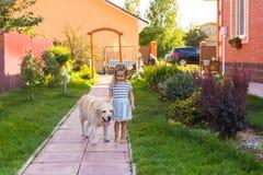 Χαριτωμένος λίγο κορίτσι παιδιών με το σκυλί στοκ εικόνες