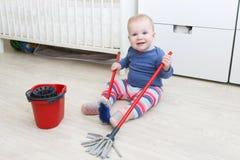 Χαριτωμένος λίγο κοριτσάκι 10 μήνες καθαρισμού Στοκ φωτογραφία με δικαίωμα ελεύθερης χρήσης