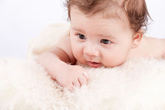 Χαριτωμένος λίγο μικρό παιδί νηπίων μωρών στο άσπρο γενικό πορτρέτο Στοκ φωτογραφίες με δικαίωμα ελεύθερης χρήσης