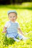 Χαριτωμένος λίγο μωρό στο θερινό πάρκο στη χλόη. Γλυκό outdoo μωρών Στοκ Φωτογραφία