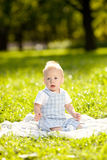 Χαριτωμένος λίγο μωρό στο θερινό πάρκο στη χλόη. Γλυκό outdoo μωρών Στοκ Εικόνα