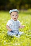 Χαριτωμένος λίγο μωρό στο θερινό πάρκο στη χλόη. Γλυκό outdoo μωρών Στοκ εικόνες με δικαίωμα ελεύθερης χρήσης