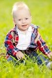 Χαριτωμένος λίγο μωρό στο θερινό πάρκο στη χλόη. Γλυκό outdoo μωρών Στοκ φωτογραφία με δικαίωμα ελεύθερης χρήσης