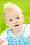 Χαριτωμένος λίγο μωρό στο θερινό πάρκο στη χλόη. Γλυκό outdoo μωρών Στοκ Φωτογραφίες
