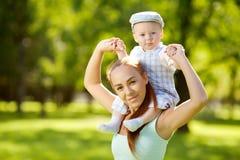 Χαριτωμένος λίγο μωρό στο πάρκο με τη μητέρα στη χλόη. Γλυκό bab Στοκ φωτογραφίες με δικαίωμα ελεύθερης χρήσης