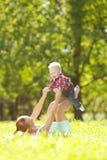 Χαριτωμένος λίγο μωρό στο πάρκο με τη μητέρα στη χλόη. Γλυκό bab Στοκ Εικόνα