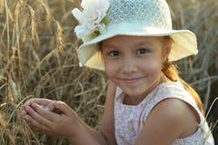 Χαριτωμένος λίγο μόνιμο κορίτσι Στοκ φωτογραφία με δικαίωμα ελεύθερης χρήσης