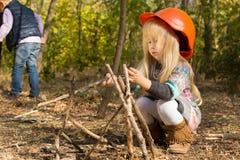 Χαριτωμένος λίγο ξανθό κορίτσι μεγάλου μεγέθους hardhat Στοκ εικόνα με δικαίωμα ελεύθερης χρήσης