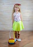 Χαριτωμένος λίγο ξανθό κορίτσι που σκουπίζει το σπίτι με ηλεκτρική σκούπα Στοκ φωτογραφία με δικαίωμα ελεύθερης χρήσης