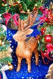 Χαριτωμένος λίγο fawn δίπλα στα χριστουγεννιάτικα δέντρα Στοκ Εικόνα